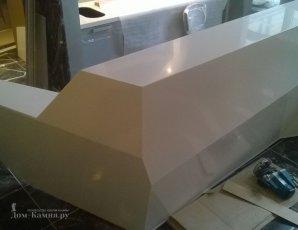 Ресепшн из белого искусственного камня