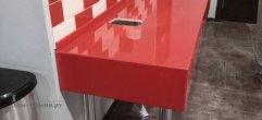 Красная столешница в санузел из искусственного камня