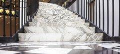 Лестница из мрамора calacatta