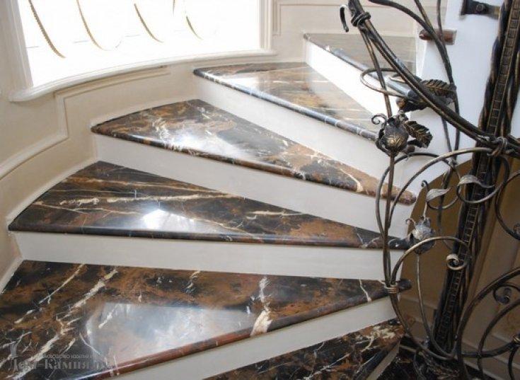 Лестница из мрамора nero portoro