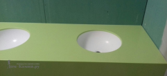 Салатовая столешница с белой раковиной из искусственного камня