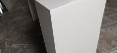 Белый ресепшн из искусственного камня